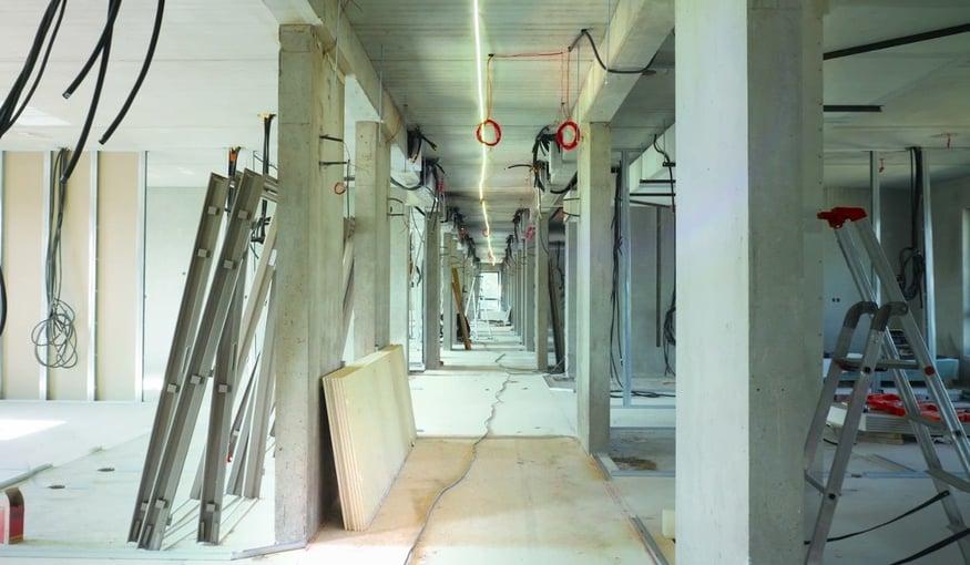 Quelles sont les grandes étapes de la pose des cloisons, des faux-plafonds et de l'électricité ?