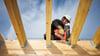 Comment fixer rapidement des connecteurs métalliques sur du bois ?